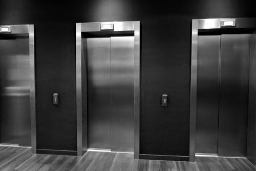 Ascensore condominio: quando la perdita di luce merita un risarcimento