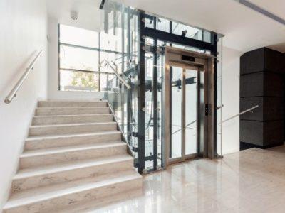 incastellatura metallica di un ascensore in vetro