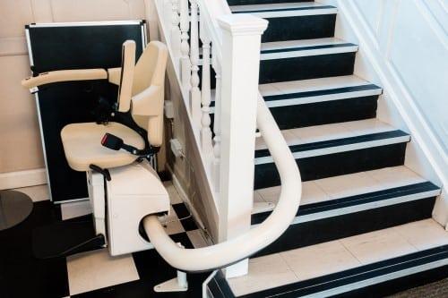 montascale installato su scala ripida in un appartamento privato