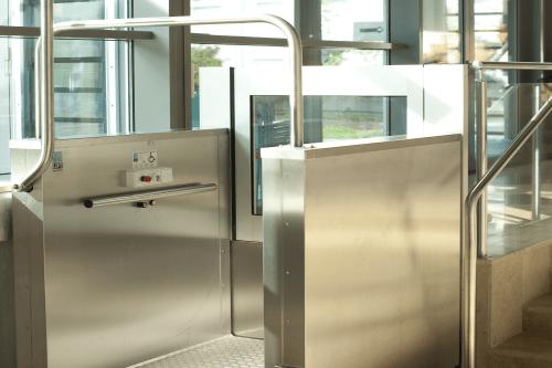 piattaforma elevatrice in vetro e acciaio