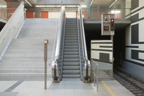 scala mobile di fianco ad una rampa di scale
