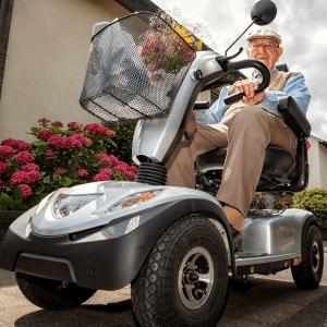 anziano felice per i vantaggi dello scooter elettrico