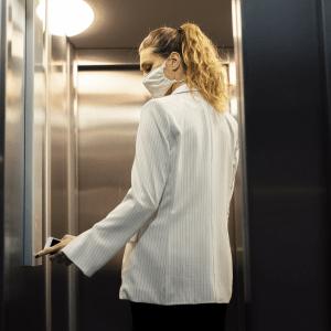 abbigliamento da tenere in ascensore causa corona virus