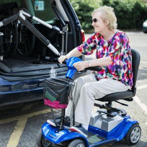 anziana torna dal supermercato con lo scooter per anziani