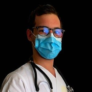 mascherina da infermiere contro il COVID-19 in ascensore