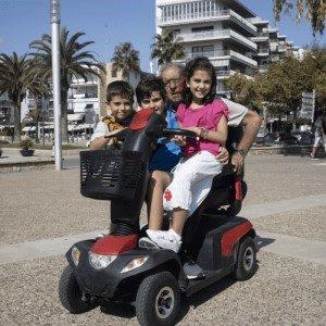 scooter elettrico per disabili con anziano e nipoti
