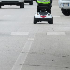 scooter elettrico per disabili in strada